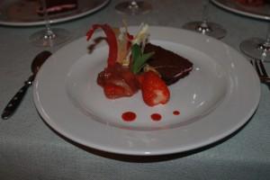 Milchschnitte von der Erdbeere mit kandierten Spargelfaeden - Alter Hof Muenchen