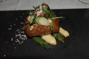 Spargel-Brot-Salat mit Tomaten, Pinienkernen und Rucola Alter Hof Muenchen