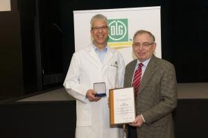 Ehrenamtliches Engagement von Dr. Claus Patz, als Sachverständiger für Fruchtgetränke gewürdigt