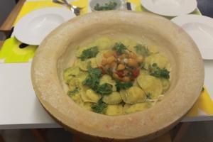 Ravioli-Tomaten-Parmesankaese-Zitronen-Basilikum-Restaurant-Broeding
